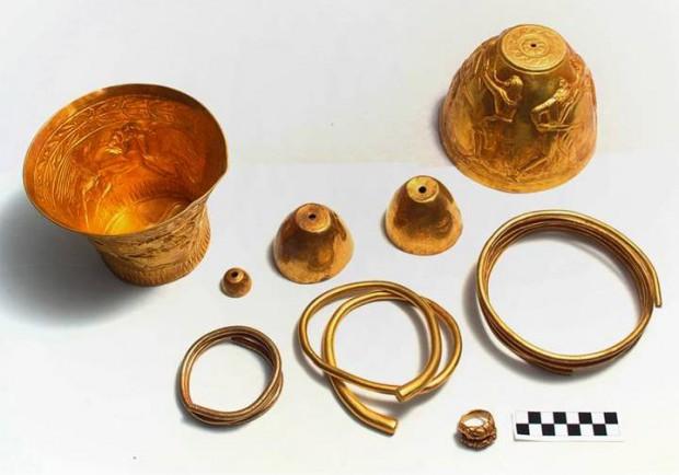 Los artefactos de oro encontrados dentro de una recámara secreta del montículo funerario.
