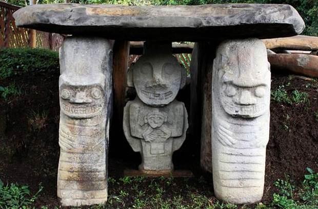 Estatuas en un monumento sepulcral del culto indígena de San Agustín en Colombia.