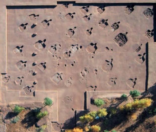 En 2011, los investigadores en Hamin Mangha desenterraron los cimientos de 29 viviendas prehistóricas dispuestas en un patrón diagonal de filas.