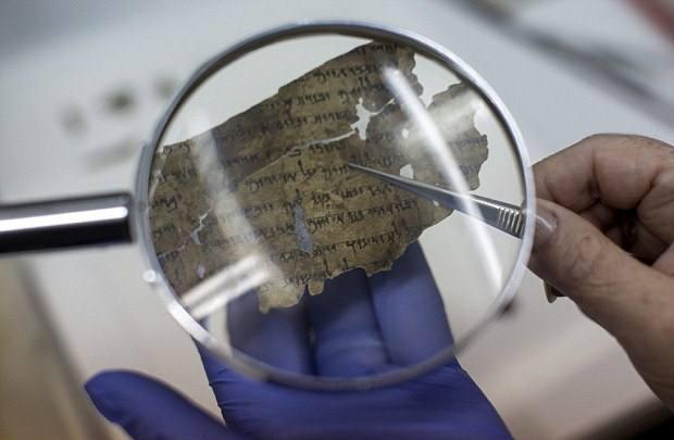 El pergamino quemado fue escaneado como parte de un proyecto para preservar los Rollos del Mar Muerto. En esta imagen se muestra un pequeño fragmento en proceso de restauración.