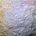 Post Thumbnail of La NASA descubre misteriosas marcas rojas sobre la superficie de Tetis, la luna de Saturno