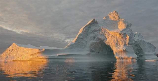 Los científicos estiman que alrededor de un tercio del aumento del nivel del mar es causada por la expansión del agua del océano más cálido, un tercio se debe a la pérdida de hielo de Groenlandia y las capas de hielo de la Antártida, y el tercio restante es resultado de la fusión de los glaciares de montaña. Pero, el destino de las capas de hielo polares podría cambiar esa proporción y producir aumentos más rápidos en las próximas décadas.