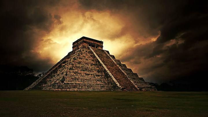 El Templo de Kukulkán o Pirámide de Kukulkán (estructura también conocida con el nombre de «El Castillo» (debido a que los conquistadores españoles en el siglo XVI buscaban alguna similitud arquitectónica con las existentes en el continente europeo).