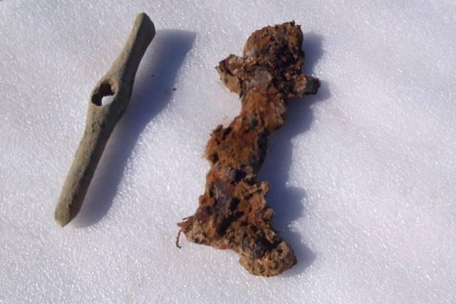Espada escita y un cincel de bronce hallados en la tumba.