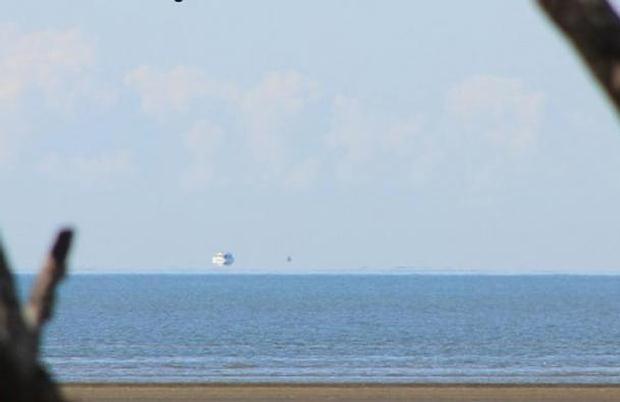 Fata Morgana fotografiado en la costa este de Australia el 26 de agosto de 2012. El efecto crea la ilusión óptica de un barco flotando sobre el horizonte.