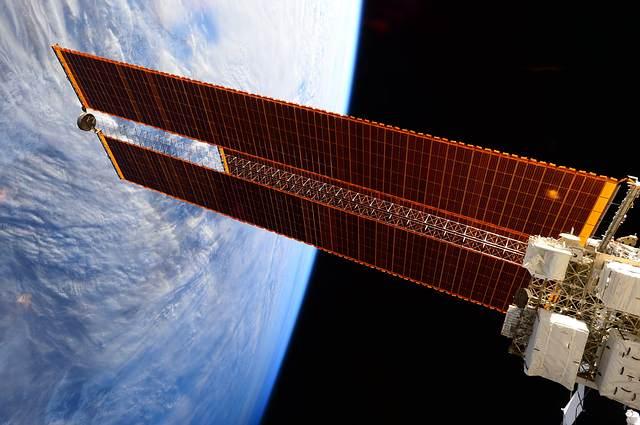 Paneles solares de la EEI.