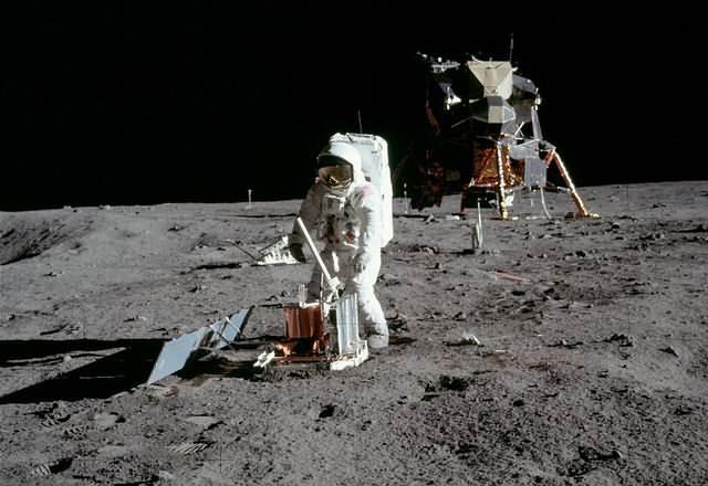 Buzz Aldrin coloca un sismómetro en el Mar de la Tranquilidad.