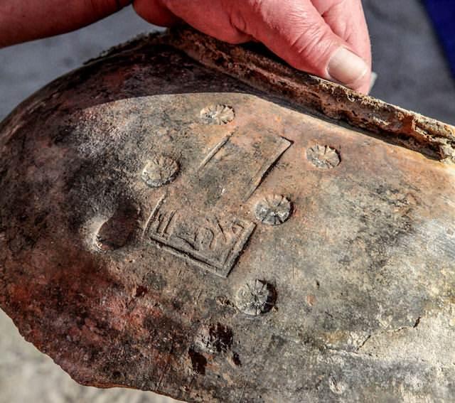 Esta pieza de cerámica hallada en el lago tiene inscripciones en armenio y sirio. Foto: Dmitry Gorn.