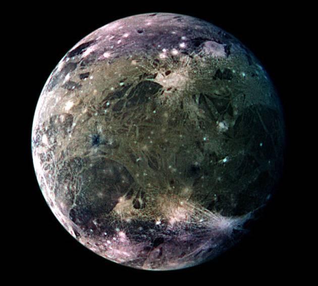 Ganímedes es la mayor luna de Júpiter y también del Sistema Solar. Y según sugieren las observaciones realizadas con el telescopio espacial Hubble, alberga un gran océano subterráneo que contiene más agua líquida que la que hay en la Tierra.