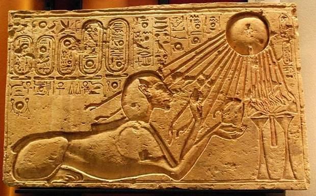 Este relieve de la antigua ciudad de Amarna muestra a Akenatón como esfinge con el dios sol Atón iluminándolo a él y su ofrenda.