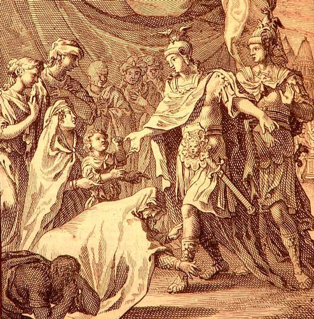 Después de la gran victoria de Isos, cuando las mujeres de la familia de Darío aún lloraban la muerte de su señor, Alejandro y Hefestión fueron juntos a su tienda para tranquilizarlas. Según el relato de Curtius, ambos iban vestidos de forma muy parecida; Hefestión era bastante mas alto y, según los estándares persas de la época, mucho mas impresionante; cuando la reina madre los vio entrar, se arrojo a los pies de éste, pensando que era Alejandro. Cuando los sirvientes la sacaron de su error, ella se volvió confundida hacia el rey, quien le dijo: «No estabas tan equivocada, madre; él también es Alejandro».
