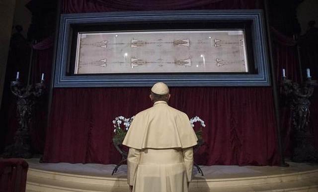 El papa Francisco frente al Sudario de Turín.
