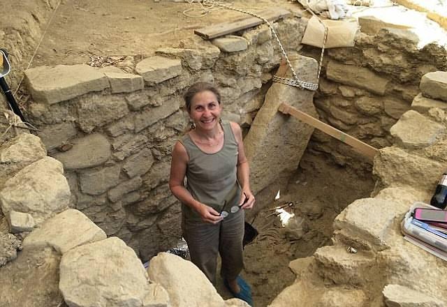 Arqueóloga Sharon Stocker dentro de la tumba descubierta (ver video más abajo).