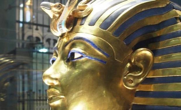 Máscara funeraria de Tutankamón en el Museo Egipcio de El Cairo. Realizada en oro batido con incrustaciones de pasta de vidrio y turquesas, es la imagen más conocida del arte del Antiguo Egipto.