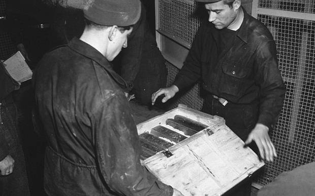 Trabajadores inspeccionan lingotes de oro tomados por los nazis de los judíos y almacenados en las minas de sal de Heilbron.