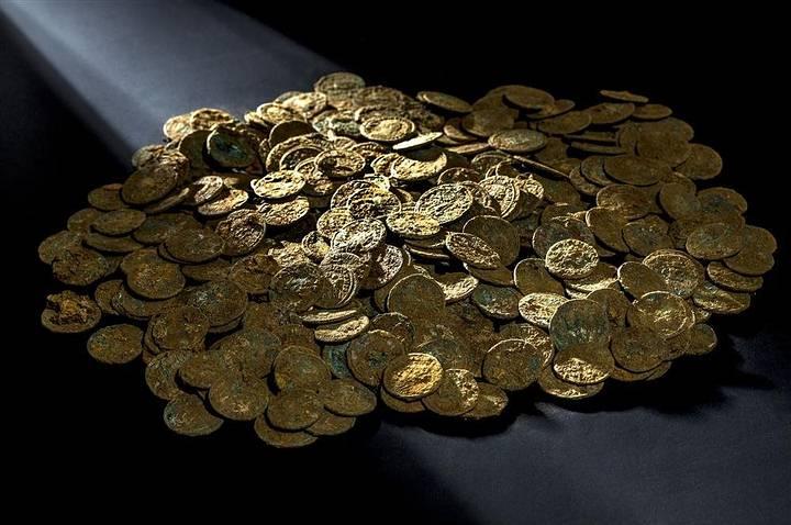 Las monedas son principalmente de bronce con un contenido de plata de alrededor del 5%.