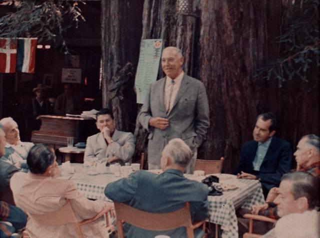 A los poderosos les gusta reunirse a puerta cerrada y el Bohemian Grove es un buen ejemplo de ello. Foto: Mesa en Owls Nest Camp, 1967.