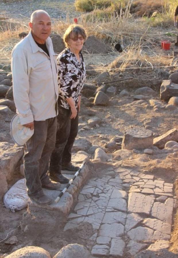 El Dr. Haim Cohen y la profesora Michal Artzyare (izquierda y derecha respectivamente) junto a la losa con la inscripción.