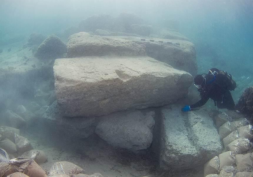 Un arqueólogo subacuático investiga la parte exterior del canal de entrada.