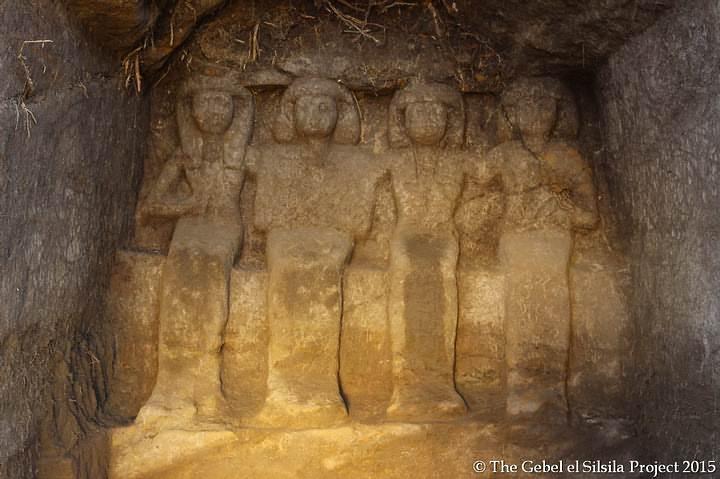 Estatuas halladas en la capilla 31 que representan a Neferkhewe, supervisor de las tierras extranjeras durante el reinado de Tutmosis III, a su esposa, a su hijo y a su hija.