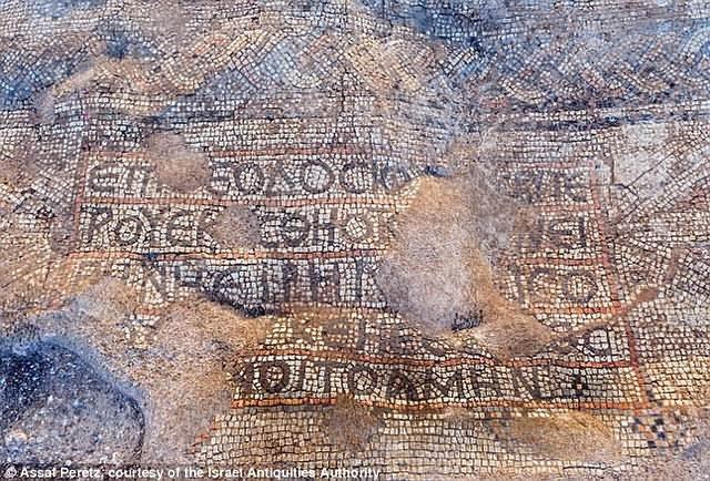 Mosaico con inscripción.