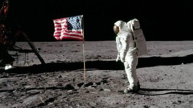 Tomando en cuenta la cantidad de conspiradores y el tiempo que ha transcurrido, de ser cierta la teorías de que el hombre nunca llegó a la Luna, ya se hubiera sabido.