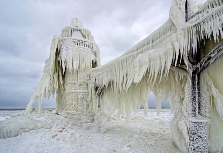 El faro de St. Joseph en el Lago Michigan, víctima de la ola de frío polar que azotó Norteamérica a principios de 2014. La temperatura llegó a descender hasta los -50º C.