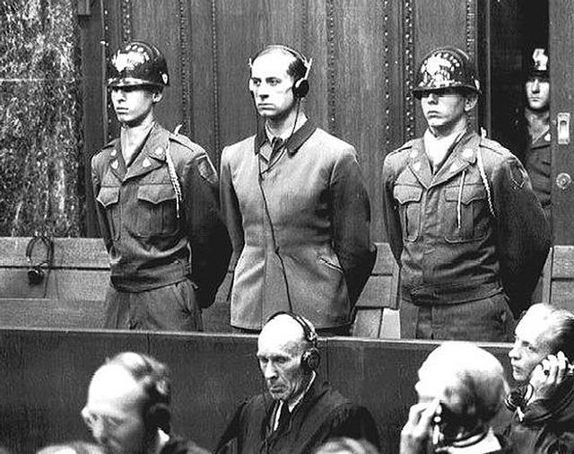 Karl Brandt (en el centro de la foto) fue condenado a muerte en el llamado Juicio de los Médicos.