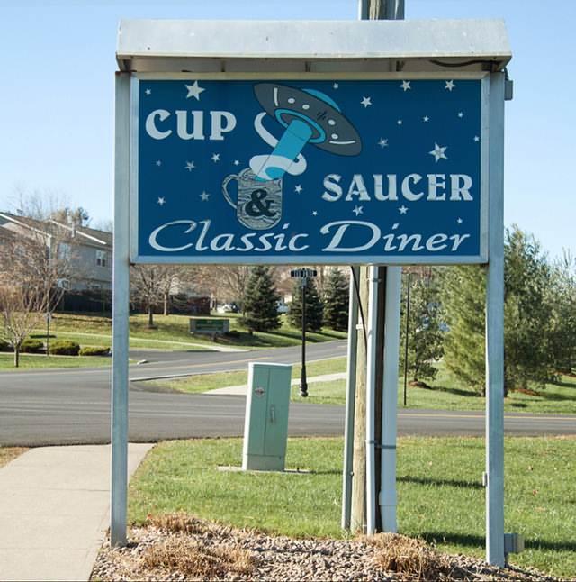 La cafetería del pueblo se llama 'Cups & Saucers' (Tazas y Platillos).