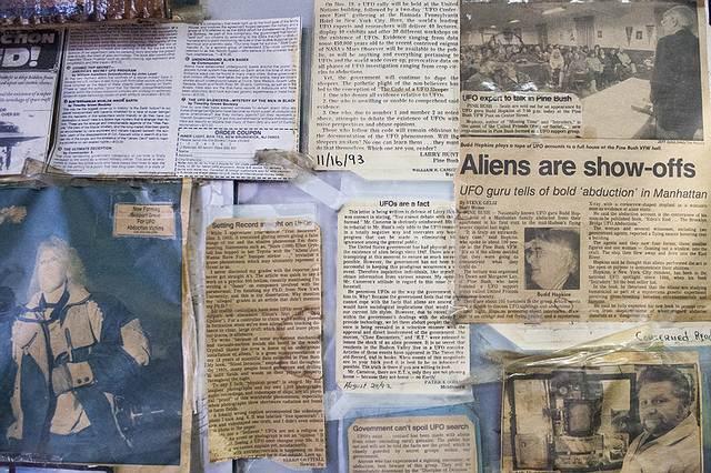 Recortes en donde, entre otras, se ven noticias sobre el famoso investigador Budd Hopkins, quien se especializaba en el tema de las abducciones ET.