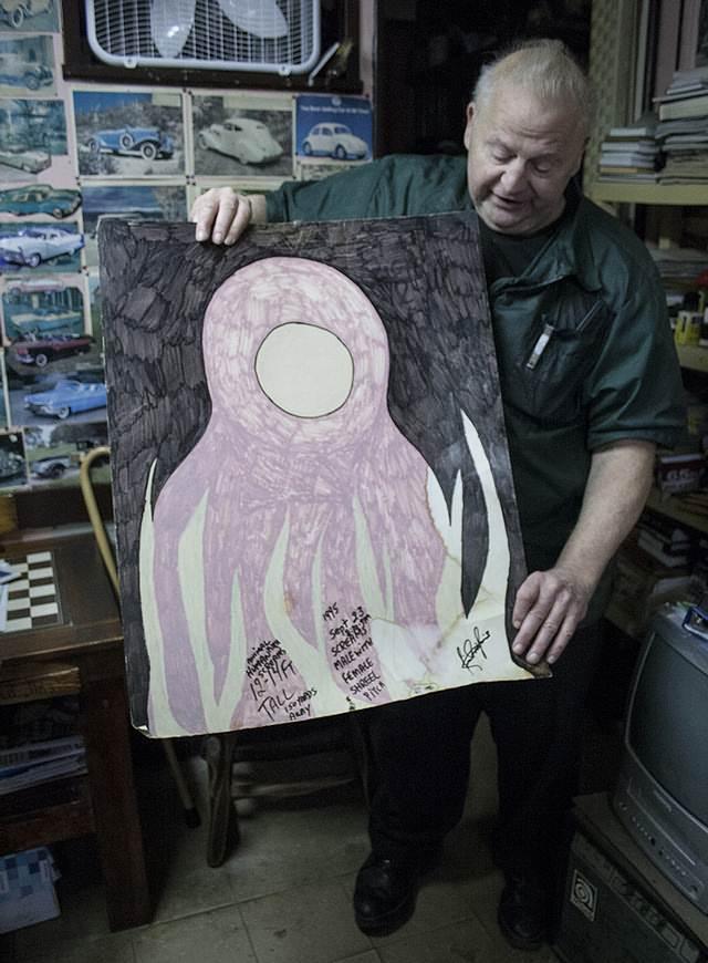 Butch sosteniendo un dibujo que describe uno de los avistamientos en la zona.