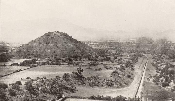 Panorámica de la Pirámide del Sol y la llamada Avenida de los Muertos, antes de las exploraciones.