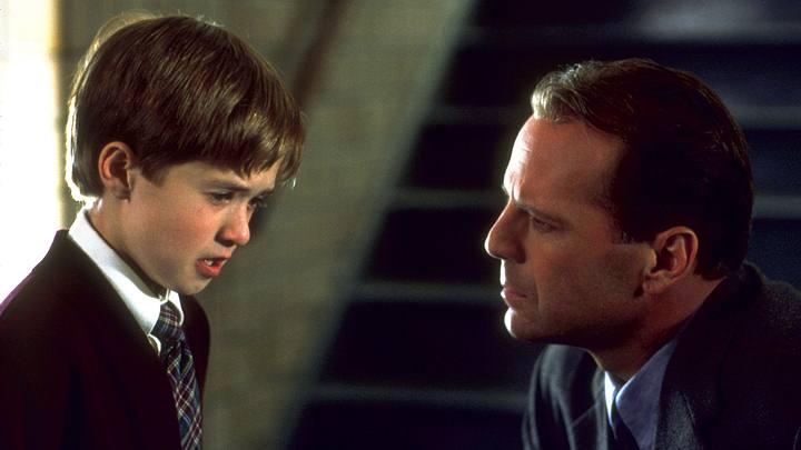 En la película 'Sexto Sentido' (1999), un niño sensitivo recibe visitas no deseadas de espíritus atormentados.