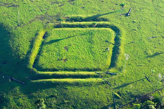 Una de las formas geométricas, en este caso cuadrada, descubiertas en la selva amazónica de Brasil.