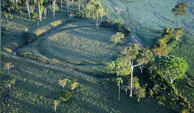 Uno de los geoglifos, en este caso un círculo enmarcado por un cuadrado, descubierto en el bosque amazónico de Brasil.