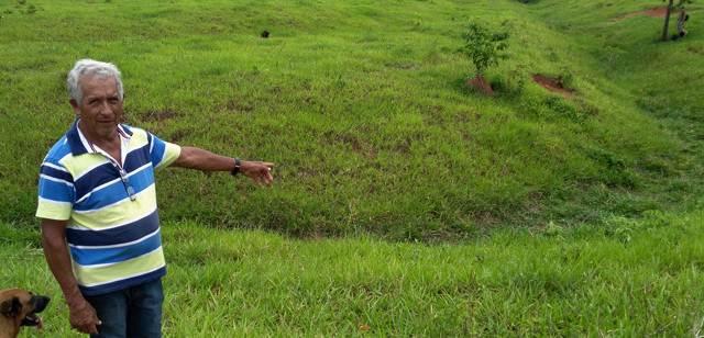 Un campesino señala uno de los geoglifos.