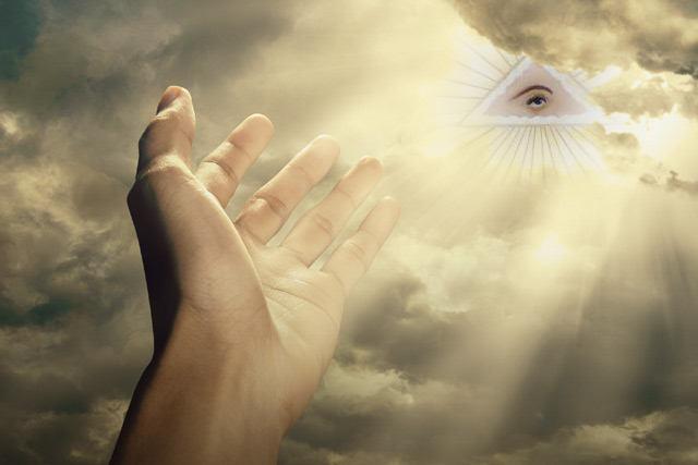 El 'Ojo de la Providencia', más conocido como el 'Ojo que todo lo ve' es un símbolo interpretado como la vigilancia de Dios sobre la humanidad. Es un símbolo que ha sido usado dentro del arte cristiano y el simbolismo masónico.