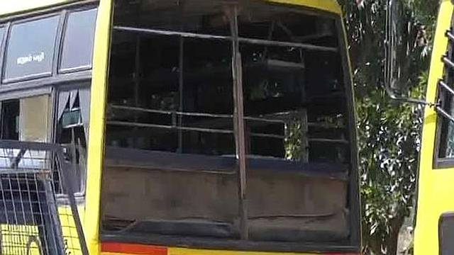 La explosión reventó los cristales de varios autobuses aparcados en las cercanías. Foto: NDTV.com.