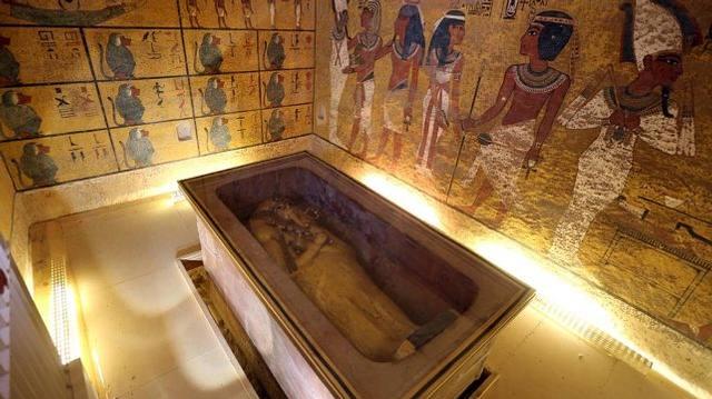 Sarcófago del rey Tut. El muro que se observa a la derecha ocultaría la puerta a una cámara secreta donde descansarían los restos de la reina Nefertiti.