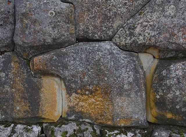¿Detalle de uno de los muros de la fortaleza ceremonial de Sacsayhuamán en Perú? ¡NO! Este muro es hitita y se encuentra en el yacimiento arqueológico de Alacahöyük, al norte de Turquía. La técnica de construcción, a pesar de la gran distancia, es la misma...