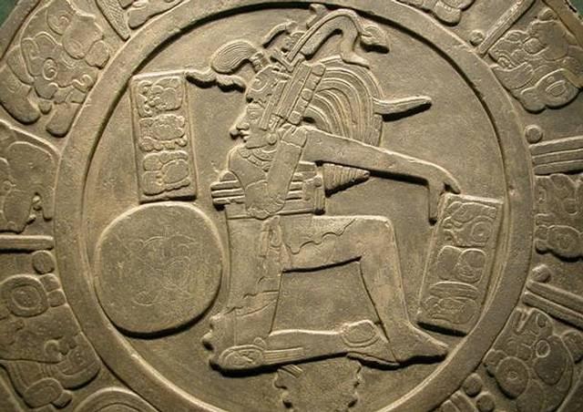 Los mayas practicaban un juego donde debían hacer pasar una pelota de caucho por un aro de piedra adosado a los muros laterales. La pelota pesaba unos 4 kilos y no podía ser golpeada con las manos o los pies, y no podía tocar el suelo.