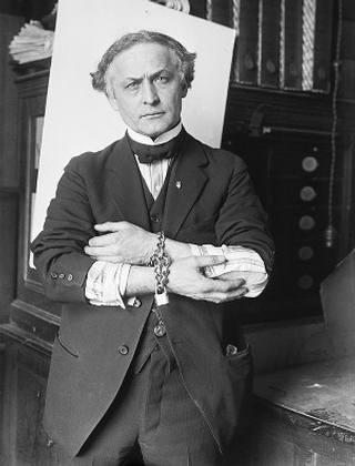 Houdini inventaba nuevos retos como parte de su espectáculo en teatros, en su afán por conseguir lo imposible y causar más sensación.
