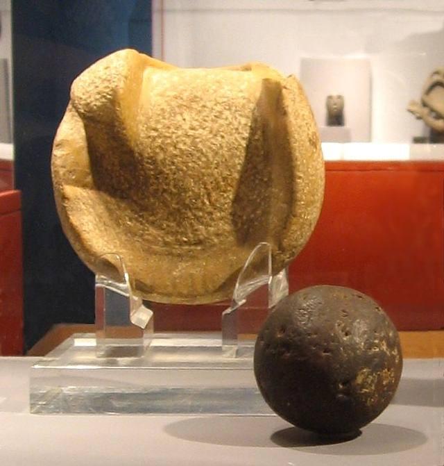 Algunos balones de goma hallados en diferentes excavaciones arqueológicas en Mesoamérica se remontan al 1600 a.C.
