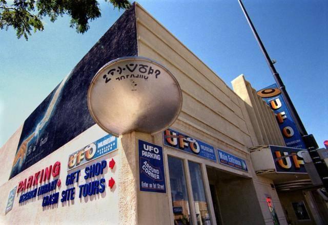 El platillo volador decorativo que alude al famoso Incidente Roswell fue parte característica de la fachada del Museo por 24 años.