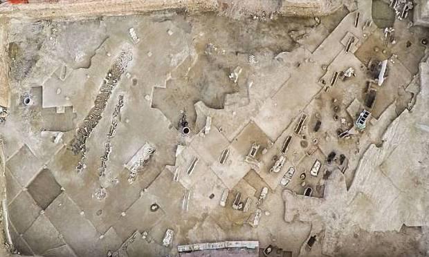 Vista aérea de la tumba masiva.