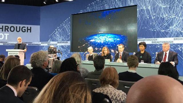 Stephen Hawking y otros en el anuncio de Breakthrough Starshot.