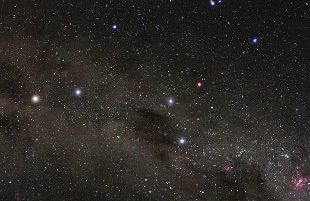 α Centauri, la estrella de la izquierda, junto a la constelación Cruz del Sur.