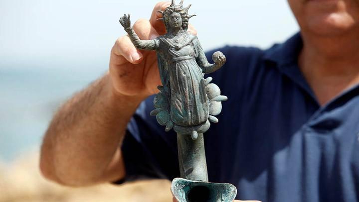 Una lámpara de bronce que representa la imagen del dios romano del Sol.
