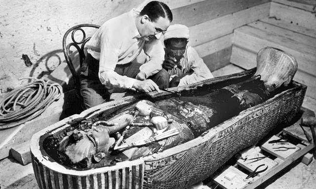 Howard Carter examina el sarcófago de Tutankamón.