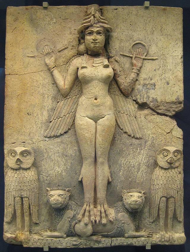 La Lilith mesopotámica está relacionada con la diosa Inanna (o Ishtar para los babilonios y asirios), o bien se trata de una deidad auxiliar suya, o bien se trata de un aspecto concreto y «juvenil» de la propia Inanna. Imagen: 'La Reina de la Noche', tablilla de terracota, Museo Británico.